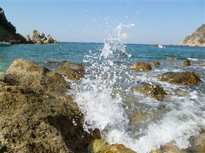 Příboj tříštící se o skaliska ostrova Korfu
